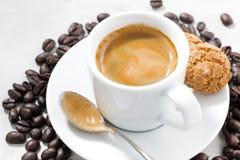 杯新鲜的浓咖啡和曲奇饼在白色背景,特写镜头 免版税图库摄影