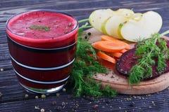 杯新鲜的甜菜根、苹果和红萝卜汁 库存图片