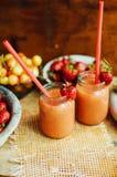 杯新鲜的草莓非酒精鸡尾酒用莓果 库存照片