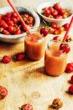 杯新鲜的草莓非酒精鸡尾酒用莓果 免版税库存照片