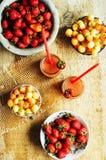 杯新鲜的草莓非酒精鸡尾酒用莓果 免版税图库摄影