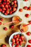 杯新鲜的草莓非酒精鸡尾酒用莓果 库存图片