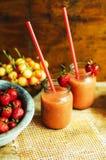杯新鲜的草莓非酒精鸡尾酒用莓果 图库摄影