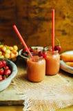 杯新鲜的草莓非酒精鸡尾酒用莓果 免版税库存图片