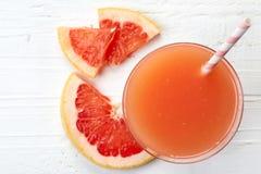 杯新鲜的葡萄柚汁 免版税库存图片