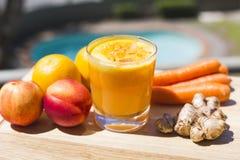 杯新鲜的水果和蔬菜汁 免版税库存图片