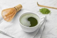 杯新鲜的matcha茶和chasen 免版税库存图片