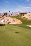 杯旗子高尔夫球场绿色沙漠棕榈泉垂直山 免版税库存照片