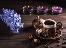 杯无奶咖啡、蜡烛和花 艺术美丽的照相机注视看起来充分的魅力绿色关键字的嘴唇低做照片妇女的纵向紫色的方式 免版税图库摄影