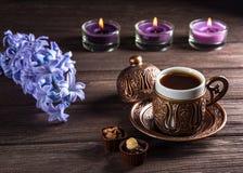 杯无奶咖啡、蜡烛和花 艺术美丽的照相机注视看起来充分的魅力绿色关键字的嘴唇低做照片妇女的纵向紫色的方式 库存照片