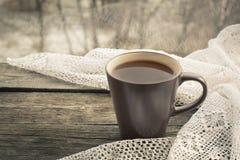 杯无奶咖啡和在窗口前面的一根鞋带在木背景 库存图片