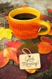 杯无奶咖啡和早晨好笔记 库存照片