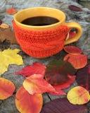 杯无奶咖啡和早晨好笔记 免版税库存照片