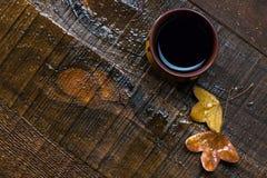 杯无奶咖啡和秋叶在老湿木桌上 平的位置 免版税库存图片