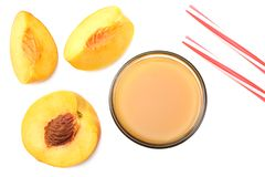 杯桃子汁用桃子果子、绿色在白色背景隔绝的叶子和切片 顶视图 免版税库存图片