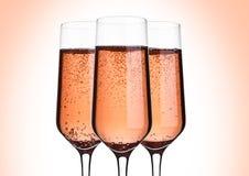 杯桃红色与泡影的玫瑰香槟在桃红色 库存图片