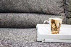 杯桌沙发 图库摄影