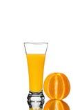 杯橙汁和切的桔子 免版税库存照片