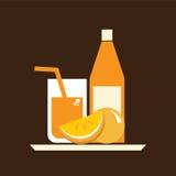 杯橙汁和瓶在服务盘子 免版税库存照片