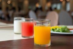 杯橙汁在餐厅 免版税库存图片
