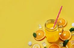 杯橙汁在Yel留下柑橘冰海壳柑橘 免版税图库摄影
