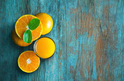 杯橙汁从上面在蓝色难看的东西葡萄酒木头选项 图库摄影