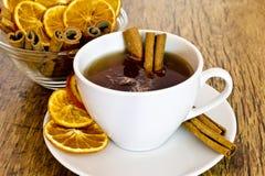 杯橙色茶用桂香 免版税库存图片