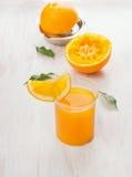 杯汁液、被紧压的桔子和柑橘新闻 库存图片