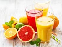 杯汁液和柑橘水果 库存图片