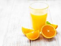 杯汁液和橙色果子 库存图片
