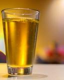 杯没有泡沫的低度黄啤酒 免版税库存图片