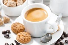 杯浓咖啡和曲奇饼在一张白色桌上,特写镜头 免版税库存图片