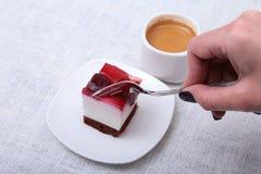 杯浓咖啡咖啡和可口手工制造蛋糕在白色背景 免版税库存图片