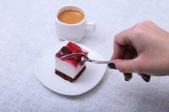 杯浓咖啡咖啡和可口手工制造蛋糕在白色背景 免版税库存照片