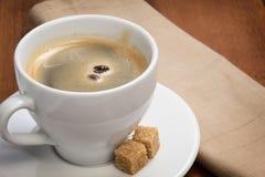 杯浓咖啡用蔗糖和二粒豆 免版税库存图片