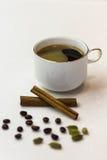 杯浓咖啡用豆蔻果实和桂香 图库摄影