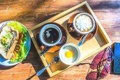 杯浓咖啡用水煮蛋 免版税库存图片