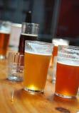 杯淡和黑啤酒 库存图片