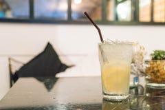 杯淡水用柠檬 免版税库存照片