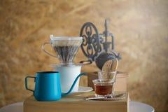 杯滴下新鲜的热的咖啡在纸过滤器在咖啡馆 免版税库存图片