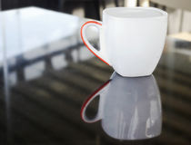 杯热奶咖啡反射 免版税图库摄影