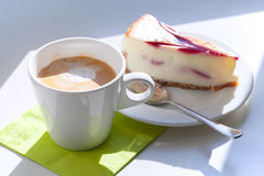杯热奶咖啡和乳酪蛋糕片 图库摄影