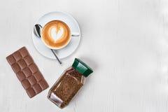 杯热奶咖啡咖啡切片巧克力罐头咖啡 免版税库存图片