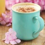 杯热奶咖啡 免版税库存照片