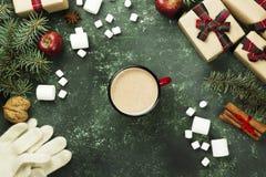 杯热巧克力和假日各种各样的属性在gree的 库存图片
