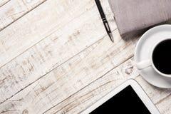 杯热的咖啡和日志在木桌背景 免版税库存图片