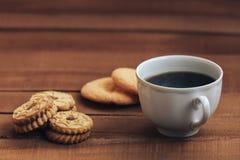 杯热的咖啡和曲奇饼在木背景 复制文本的空间 库存照片