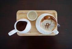 杯热的咖啡和tae罐 图库摄影