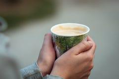 杯热的咖啡在手中 免版税库存照片