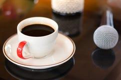杯热的咖啡在音乐黑色背景中 免版税库存图片